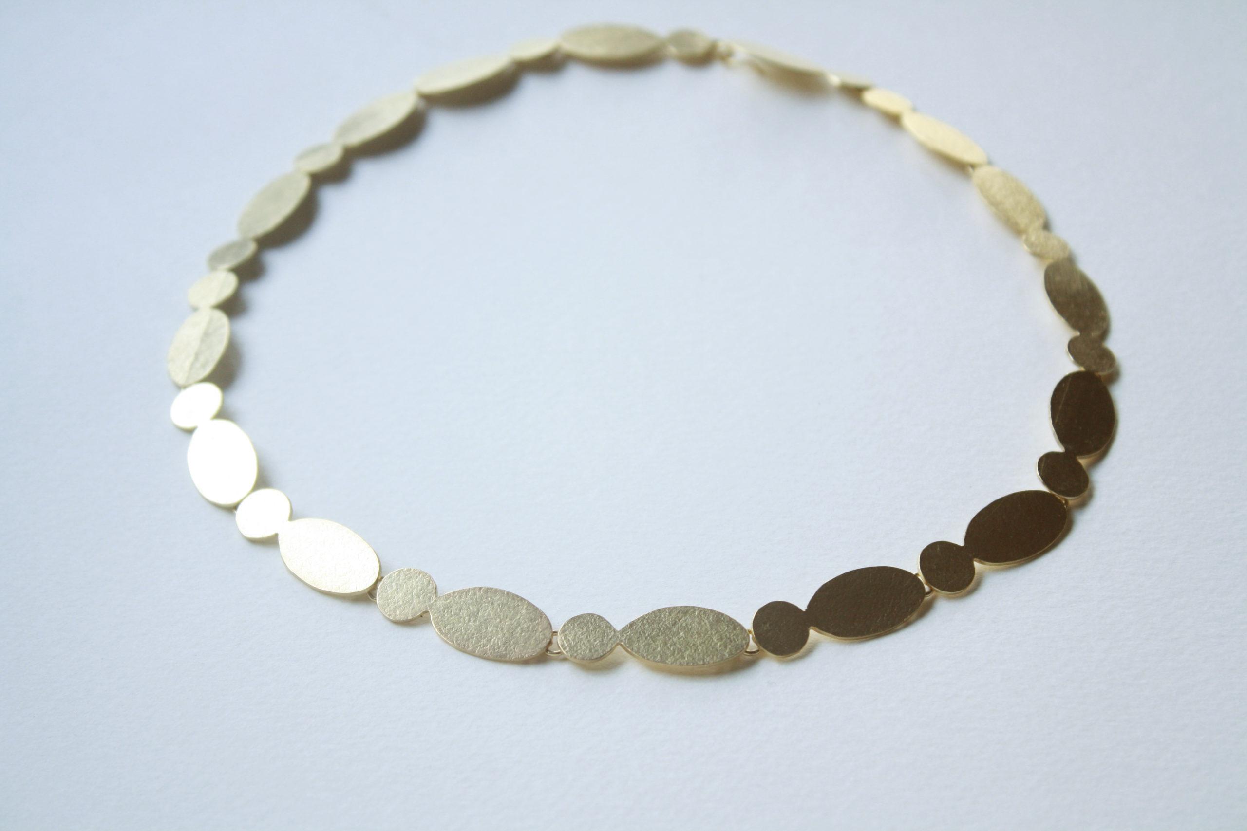Gargantilla elegante de plata bañada en oro
