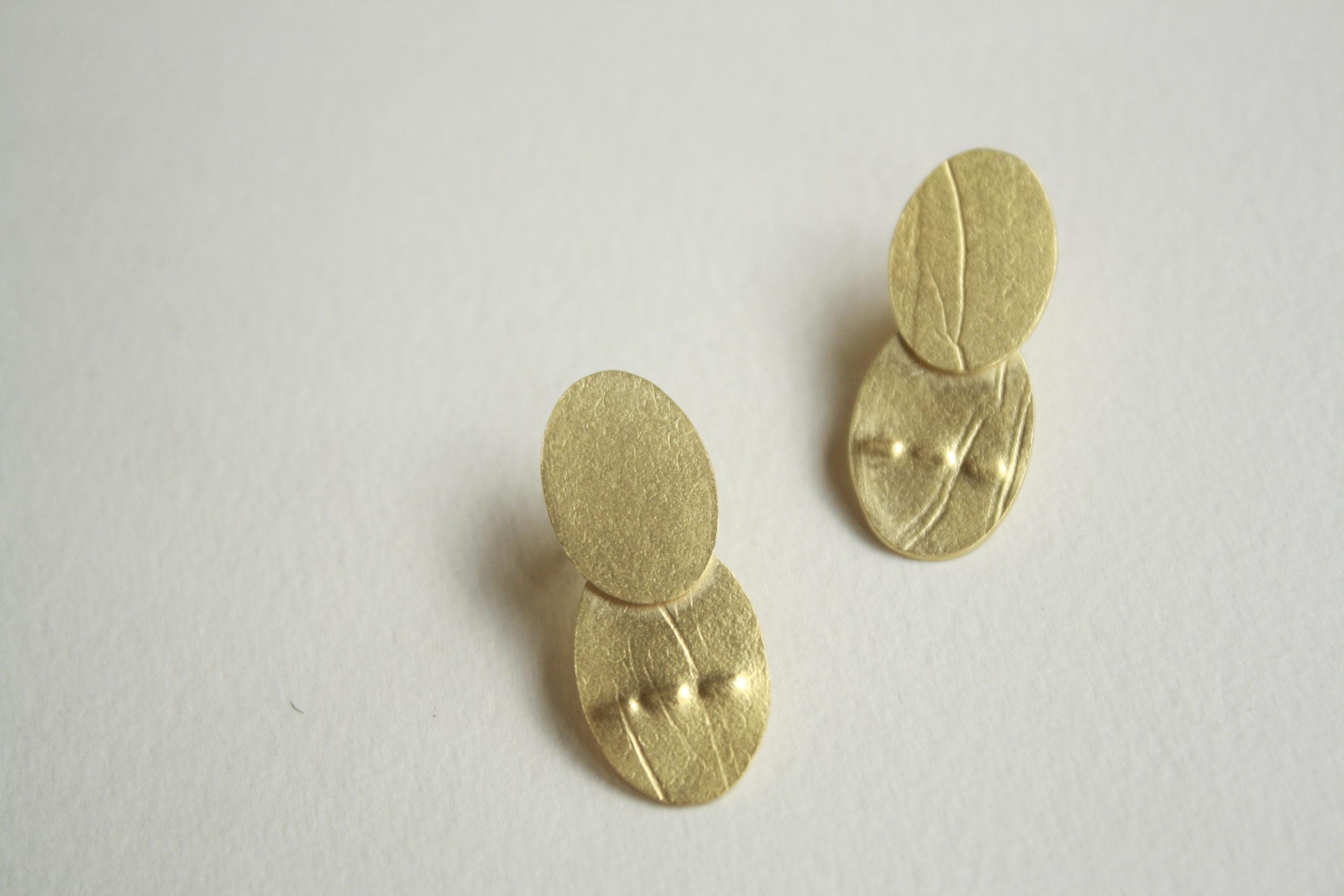 Pendientes con dos óvalos de plata dorados texturizados