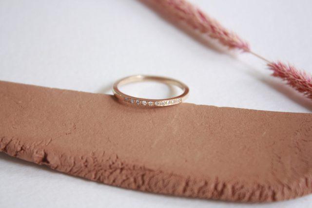 Anillo oro rosa minimal y diamantes