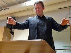 Bernhard Willer dirigiert das Symphonische Blasorchester der Blaskapelle Höhenkirchen-Siegertsbrunn