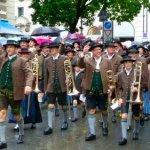 77 Musiker beim Wiesn-Festzug