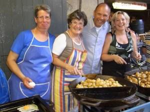 Fia Friedsam, Gerda Aretz, Senatspräsident Ralf Denzl und Birgit Denzl hatten viel Spaß beim Bratkartoffelfest