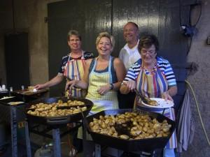 Die Kochbrigade Fia Friedsam, Birgit Denzl und Gerda Aretz mit Senatspräsident Ralf Denzl.