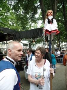 Elfriede Bauer mit Bärbelchen auf der Hänneskirmes im Gespräch mit Gerd Außem