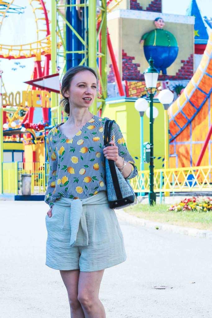 Bluse mit Zitronenprint, kombiniert mit Shorts, im Vergnügungspark