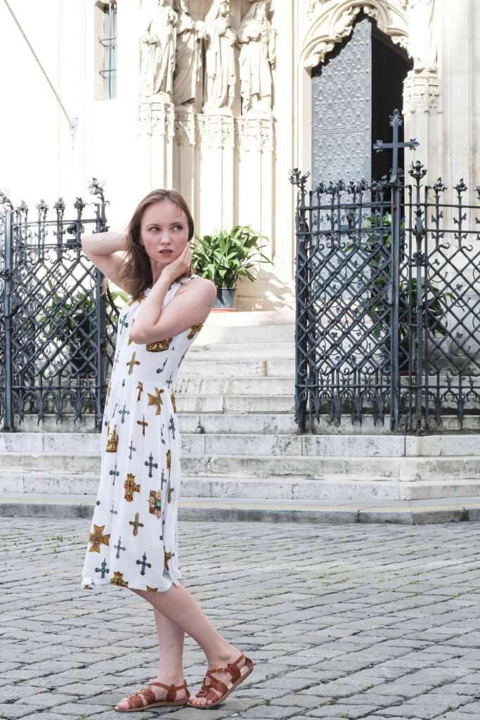 Weißes Kleid mit Kreuzmotiv Schnittmuster Burdastyle