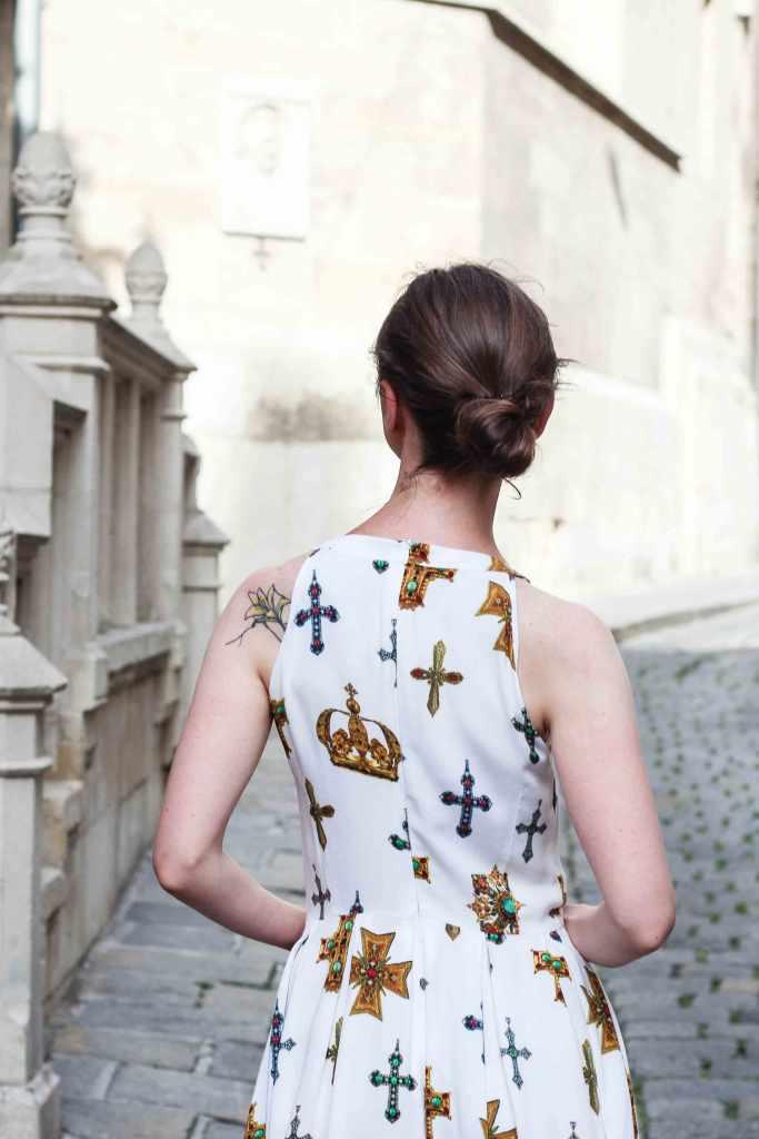 weißes Kleid mit Kreumotiven