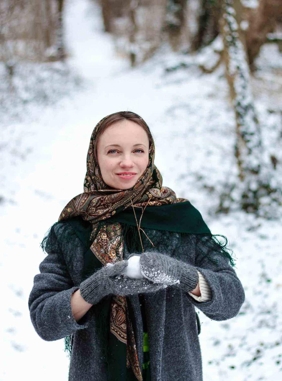 Grauer Wollmantel graue gestrickte Handschuhe grünes russisches Tuch