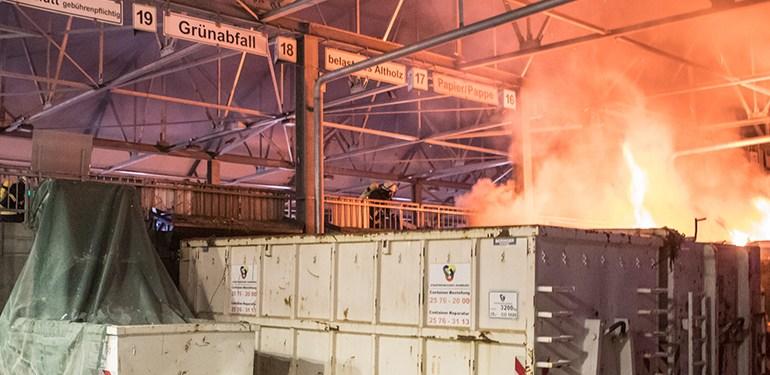 Feuer auf dem Recyclinghof in Bahrenfeld - Feuerwehr im Großeinsatz