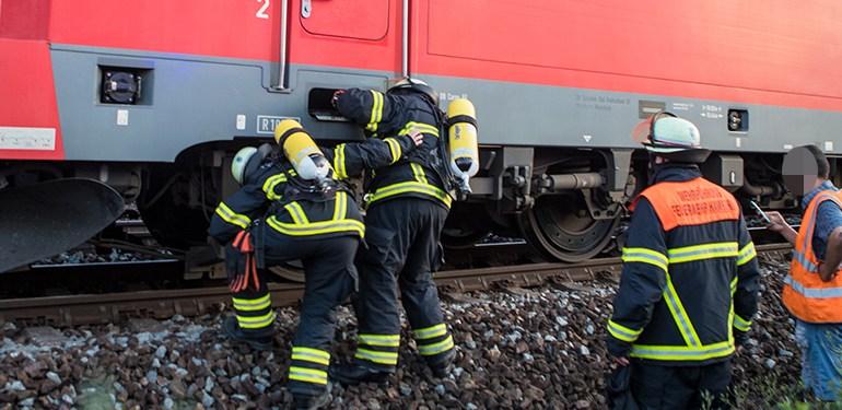 Heißgelaufene Bremse bei einer E-Lok löst Feuerwehreinsatz aus