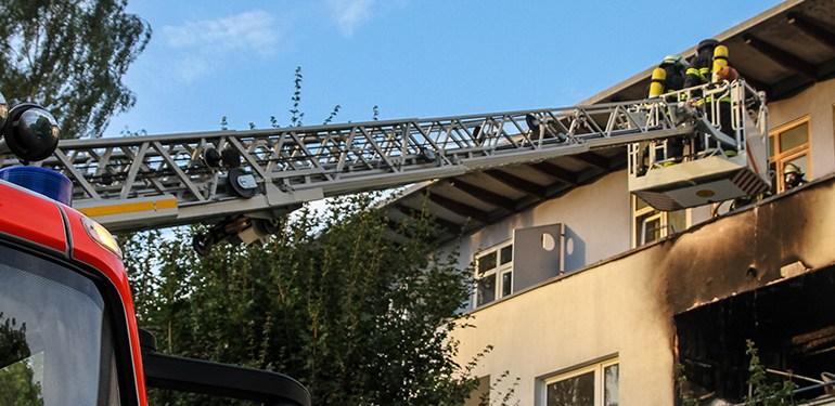 Feuer im Mehrfamilienhaus - Wohnung im 2 OG ausgebrannt
