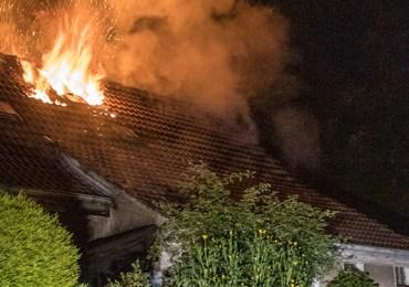 Feuer zerstört Wohnhaus! - Polizei muss Störer verhaften