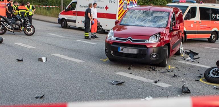 Motorrad und PKW kollidieren auf Kreuzung - 2 Personen schwer verletzt!