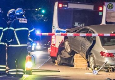 Fahrer Betrunken? - Mercedes kracht gegen Corsa - Beide rutschen in Linienbus