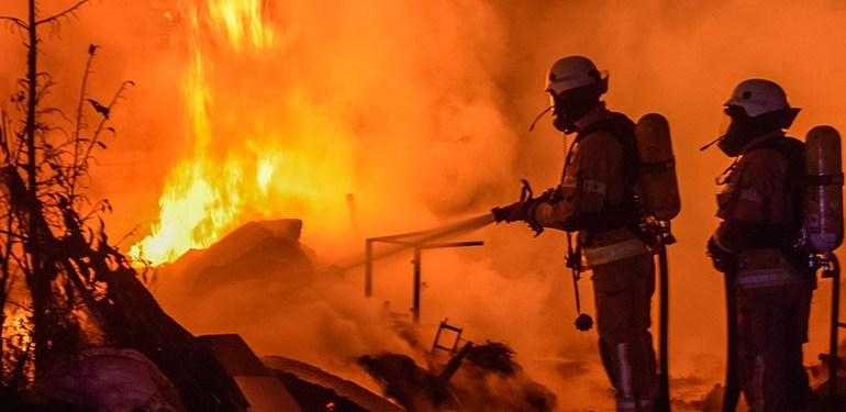 Unrat brennt im Hinterhof - Feuerwehr kann Flammen schnell löschen