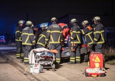Eingeklemmter Fahrer ruft selber die Feuerwehr! - Feuerwehr befreit Fahrer mit hydraulischem Gerät