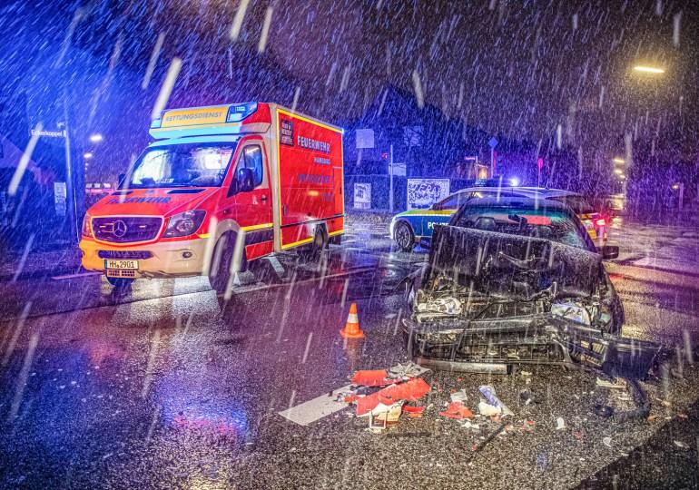 Diverse Verkehrsunfälle in Hamburg - Schneesturm über Hamburg: Auto kracht gegen HVV Bus // Fahrradfahrer wird von PKW erfasst