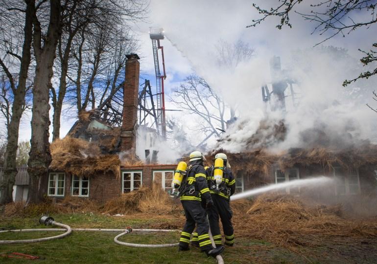 Großeinsatz in Rissen: Reetdachhaus steht in Vollbrand - starke Rauchentwicklung
