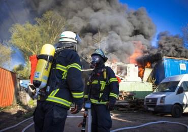 Großbrand in Hamburg-Heimfeld - Werkstattcontainer in Vollbrand - Explosionsgefahr!