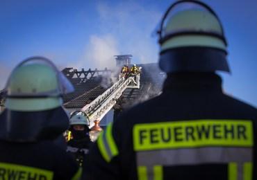 Großeinsatz! - Dachstuhl in Vollbrand - 120 Einsatzkräfte vor Ort