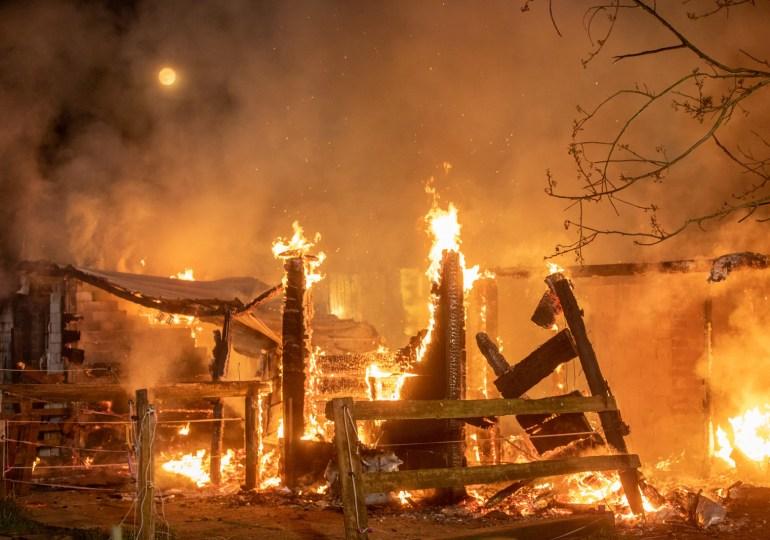 Großfeuer in Norderstedt nahe des Hamburger Flughafens - Werkfeuerwehr muss unterstützen!