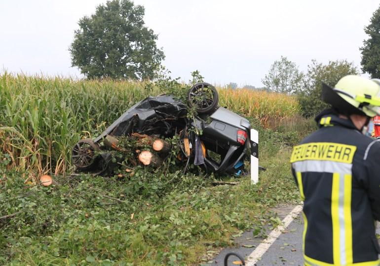 Tödlicher Verkehrsunfall - Pkw kracht gegen Baum auf Landstraße bei Braak