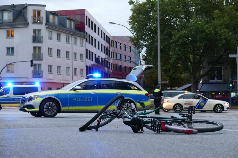 Fahrradfahrer von PKW erfasst – Schwerer Unfall im Berufsverkehr sorgt für Stau – schwer verletzt
