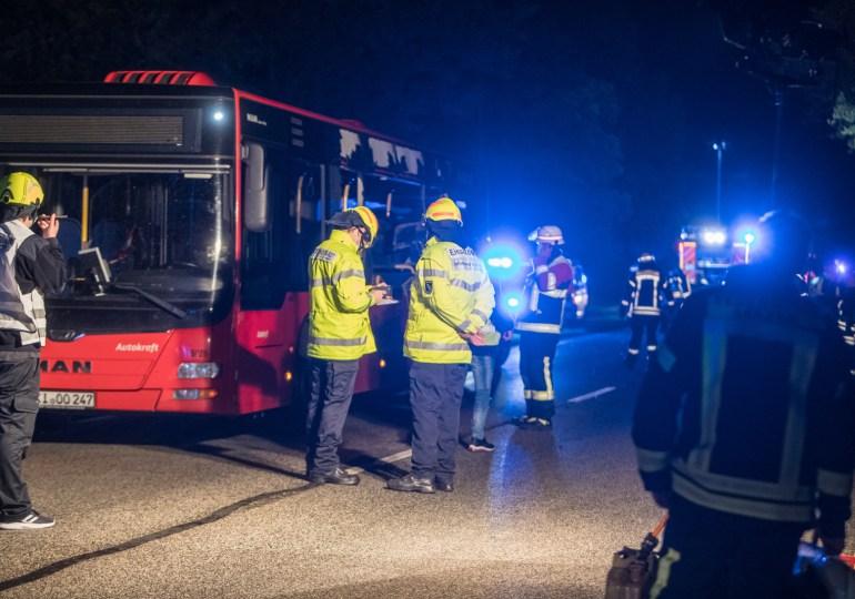 Auto in Linienbus katapultiert - Junge Frau stirbt - Fahrer flüchtig!