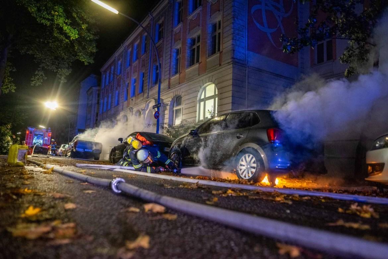 Brandstiftung! – Zwei Fahrzeuge in unmittelbarer nähe in Flammen