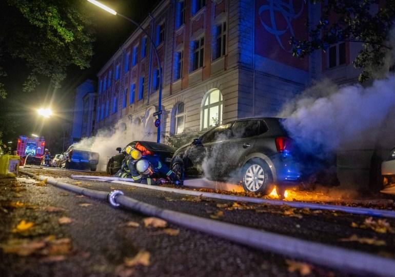 Brandstiftung! - Zwei Fahrzeuge in unmittelbarer nähe in Flammen