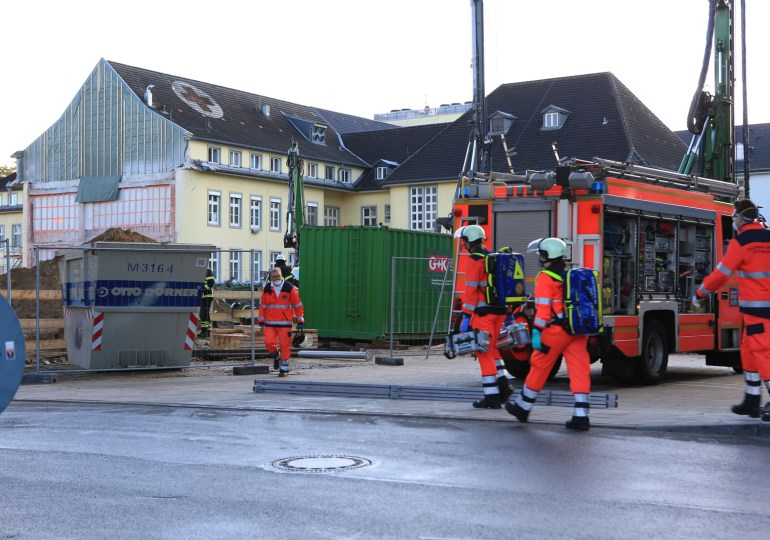 Person mit Arm eingeklemmt! - Arbeitsunfall auf einer Baustelle am Bundeswehrkrankenhaus