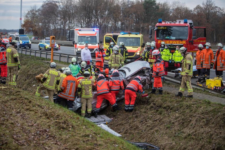 Gurt-Dummy benutzt! – Fahrer nicht angeschnallt – 2 schwer verletzet Personen 1 Stunde eingeklemmt