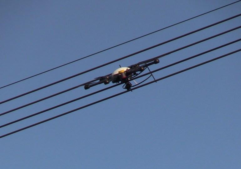 Das war knapp! - Drohne stürzte neben Autobahn 7 in eine Hochspannungsleitung - Bergung nicht möglich!