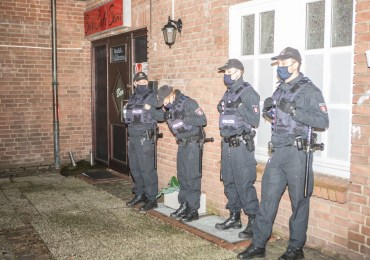 Coronakontrolle in Hamburg-Harburg - Bereitschaftspolizei stürmt Bar