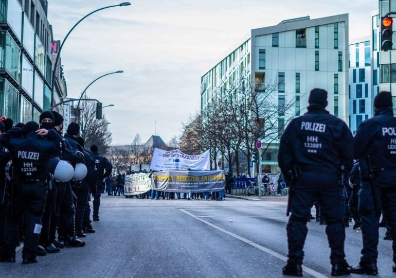 825 Personen Demonstrieren in Hamburg für eine solidarischen Umgang mit der Coronakrise