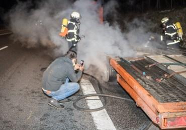 Brummi-Kapitänknipst sein brennendes Gespann - Feuerwehr am löschen