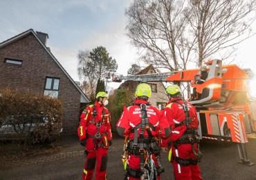 Hobbygärtner steckt in Hubsteiger fest Feuerwehr muss anrücken und ihn befreien!