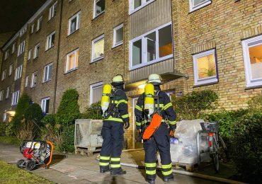 Bewohner stehen auf dem Balkon und schreien um Hilfe - Feuerwehr löscht Brand in Messiwohnung