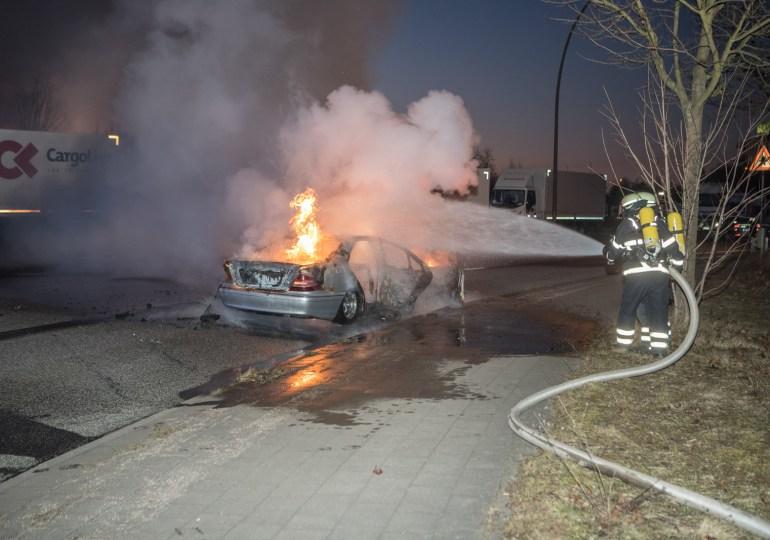 Fahrer konnte sich noch rechtzeitig retten! - Mercedes brennt vollständig aus