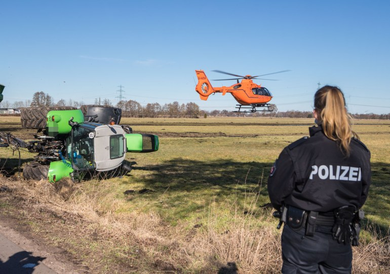 Schutzengel! - Tonnenschwerer Traktorkippt um, Fahrer nur leicht verletzt!