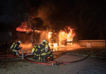Großbrand vor den Toren Hamburgs - Lagerhallen brennen komplett aus!