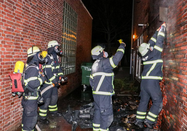 Feuer in Lokstedt: Müllcontainer steht an Hauswand in Flammen!