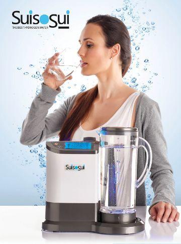 Mujer bebiendo agua hidrogenada suisosui