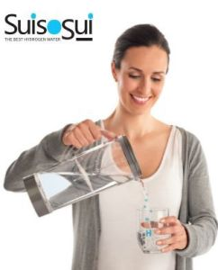 Mujer sirviendo agua hidrogenada suisosui