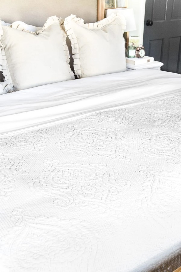 The best resources for luxury feeling bedding for a tight budget under $40.  #bedding #luxurybedding #budgetbedding #bedroomdecor