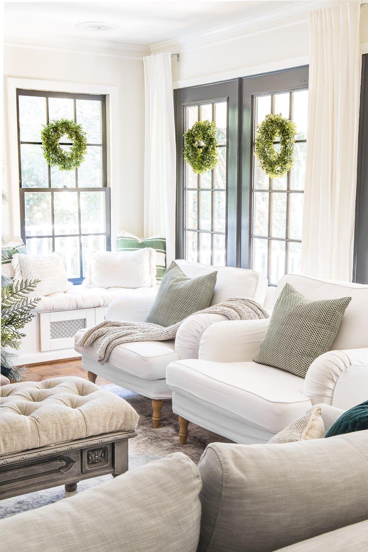 Grinaldas de Natal penduradas nas janelas