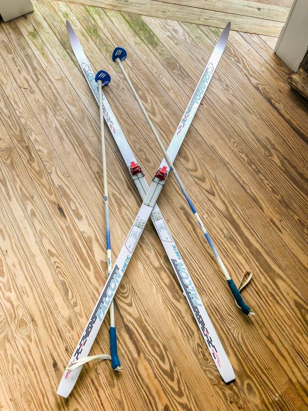 Faux Antique Winter Skis Wall Decor   How to turn basic fiberglass snow skis into winter wall decor using chalk paint and wax for an antique wood finish. #winterdecor #walldecor #christmasdecor #diychristmas #diydecor #thrifting #thriftyhome #thriftydecor #budgetdecor