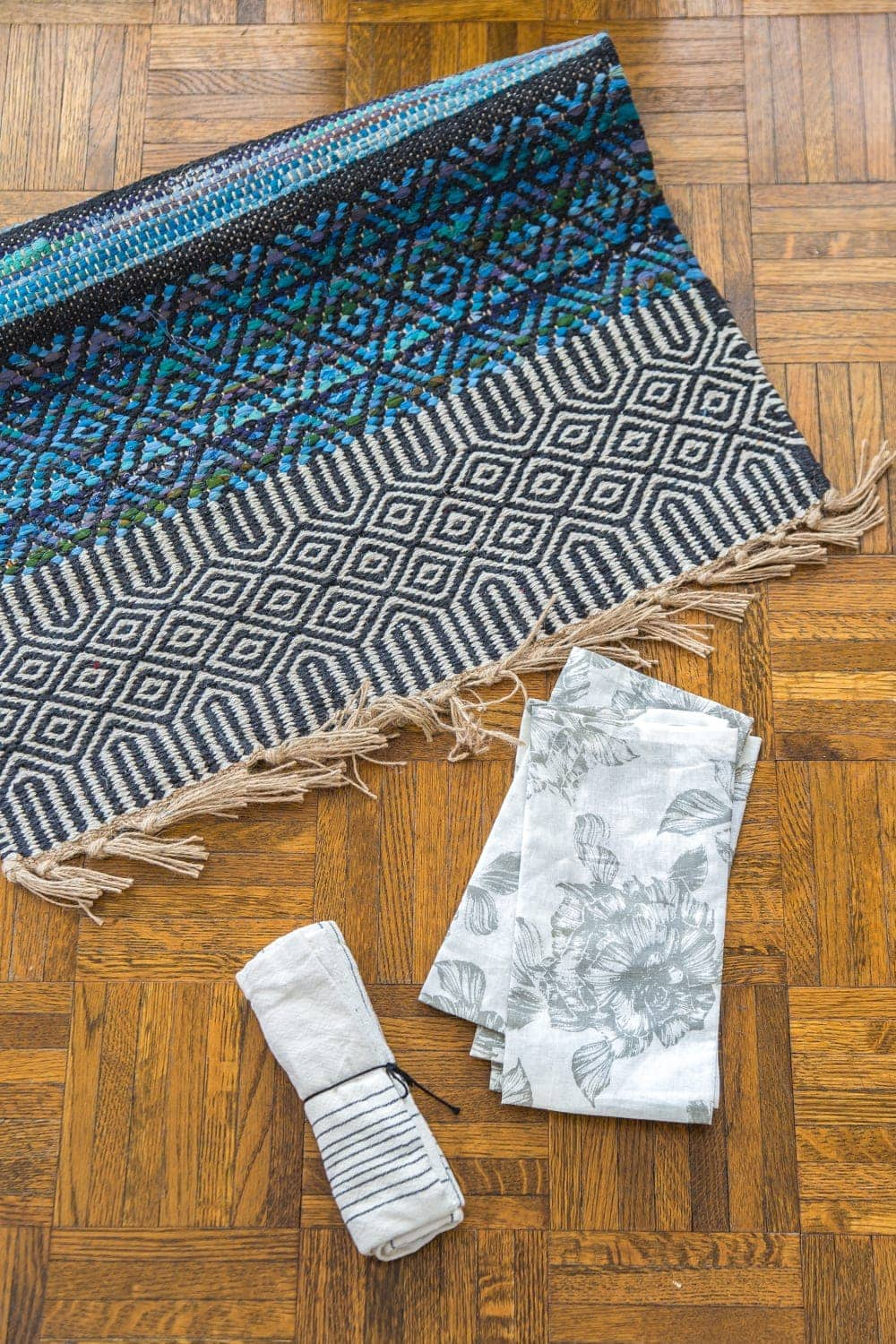 3 items you can repurpose into DIY no-sew throw pillows | rug, kitchen towel, napkins