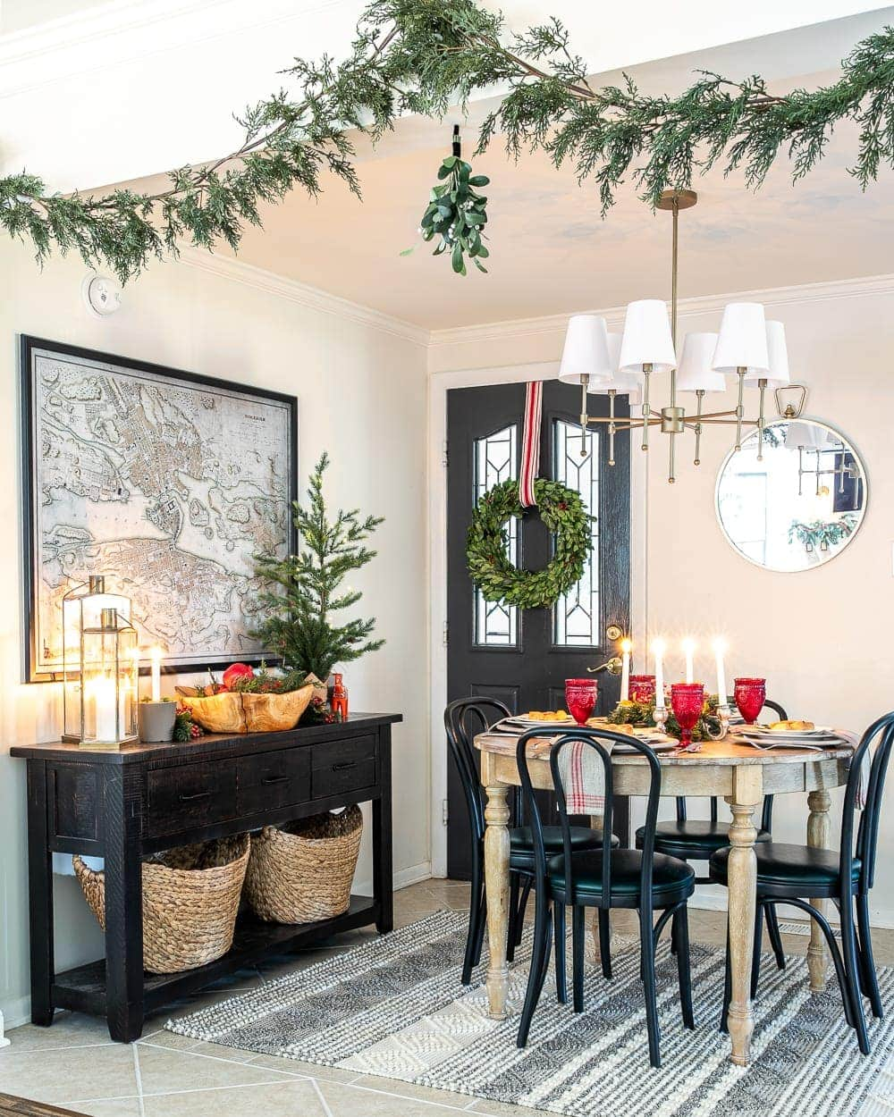 Christmas decor ideas | real looking artificial garland and mistletoe in a breakfast nook decorated for the holidays