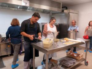 le chef Benjamin Delaye aidé en cuisine